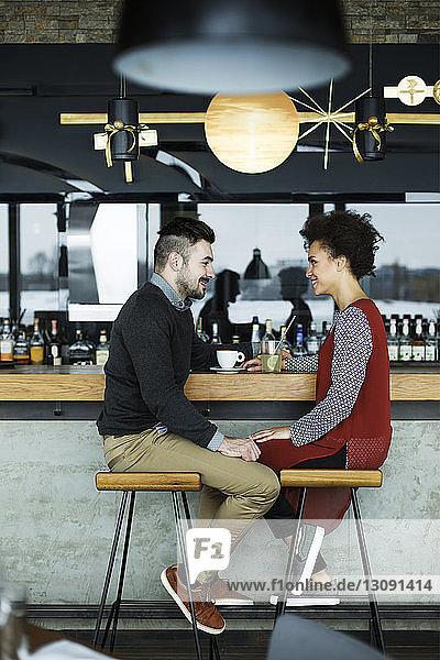 Geschäftsleute sitzen sich an der Cafe-Theke gegenüber