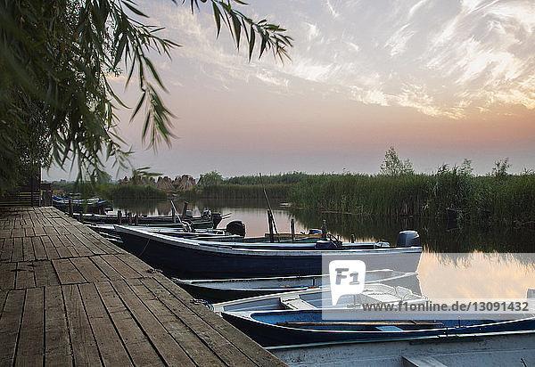 Boote auf dem See am Pier bei klarem Himmel