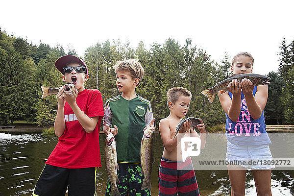 Kinder  die Fische halten