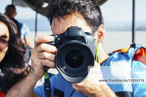 Mann fotografiert auf Boot