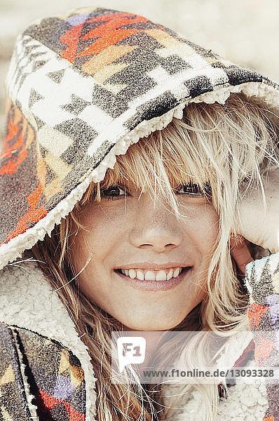 Nahaufnahme einer lächelnden Frau mit Kapuzenjacke im Freien