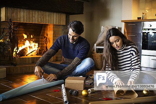 Paarverpackung von Geschenkkartons auf dem Boden am Kamin zu Hause