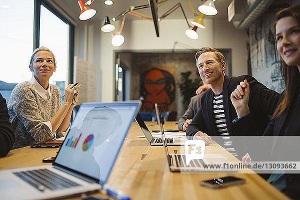 Geschäftsleute bei Besprechung im Sitzungssaal