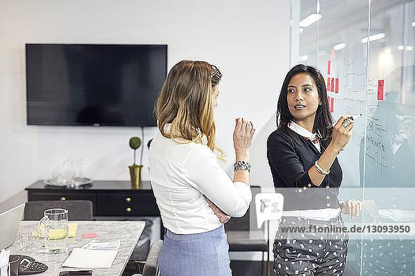 Geschäftsfrauen  die während einer Sitzung im Amt diskutieren