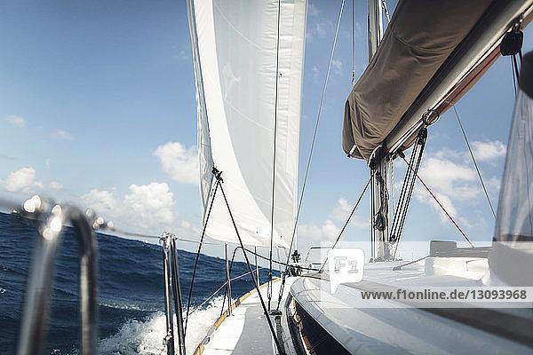 Boot bewegt sich auf dem Meer gegen den Himmel