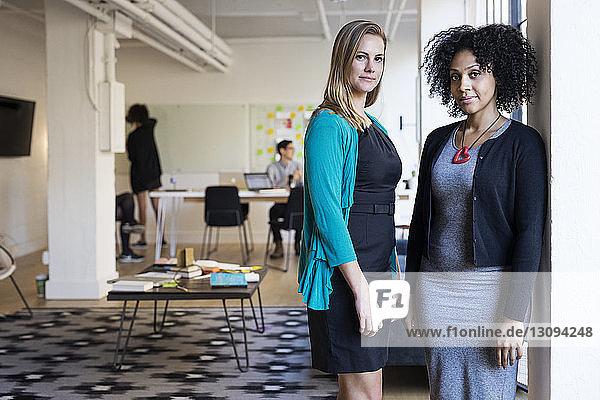 Porträt selbstbewusster multi-ethnischer Geschäftsfrauen im Amt