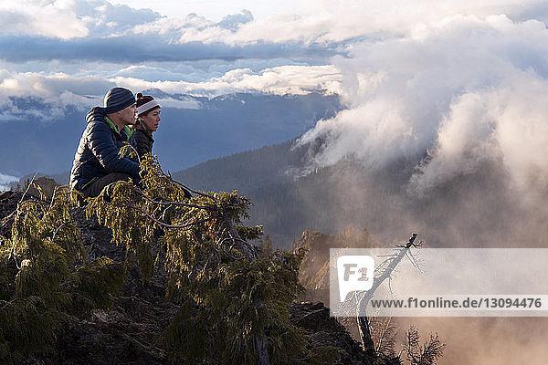 Mutter und Sohn beim Blick auf die Klippe