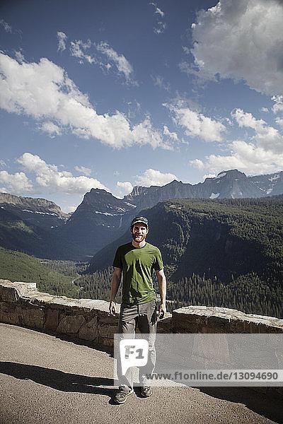 Porträt eines Wanderers  der im Glacier National Park auf der Strasse steht