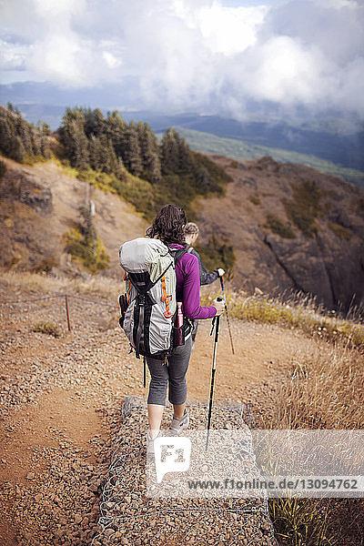 Paar wandert auf dem Berg