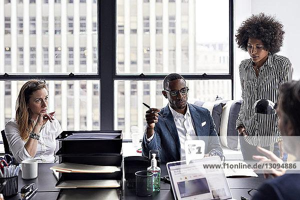 Geschäftsleute mit Besprechung im Amt