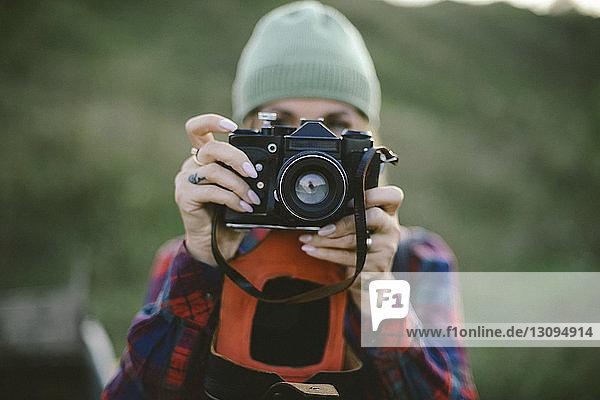 Nahaufnahme einer Frau  die mit der Kamera fotografiert