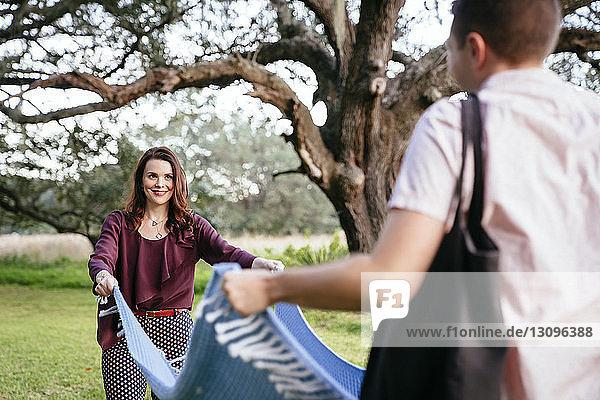 Paar platziert Decke im Park