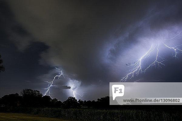 Niedrigwinkelansicht von Gewitter und Blitz im Badlands-Nationalpark