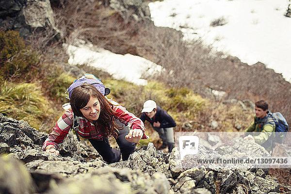 Hochwinkelaufnahme von Freunden beim Bergsteigen