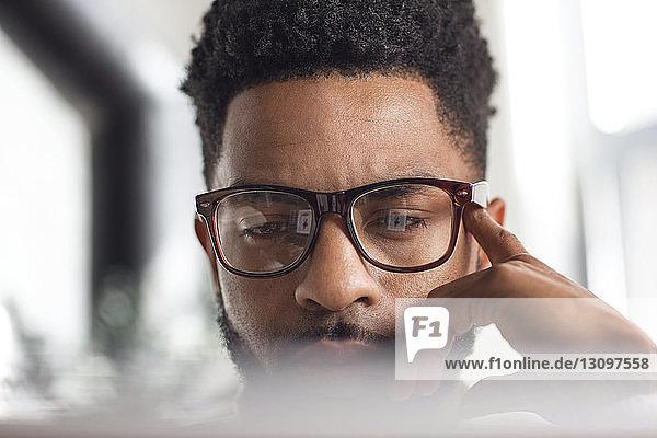 Nahaufnahme eines konzentrierten Mannes mit Laptop zu Hause