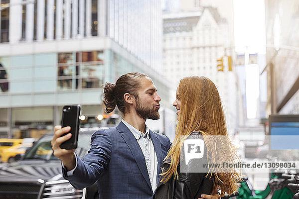Paare  die sich im Stehen auf der Straße in der Stadt selbstständig machen