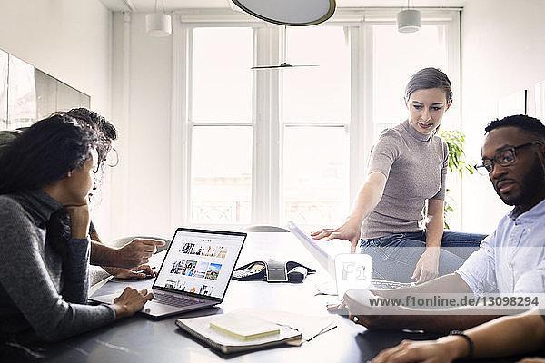 Geschäftsleute planen im Konferenzraum des Kreativbüros