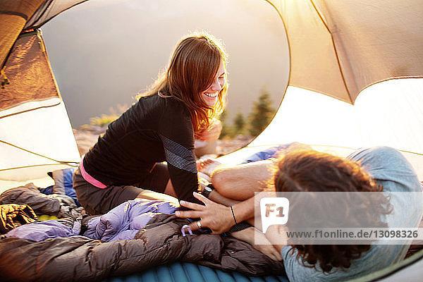 Ehepaar genießt im Zelt
