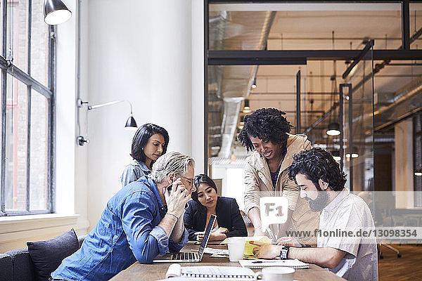 Geschäftsleute  die im Büro über Dokumente diskutieren