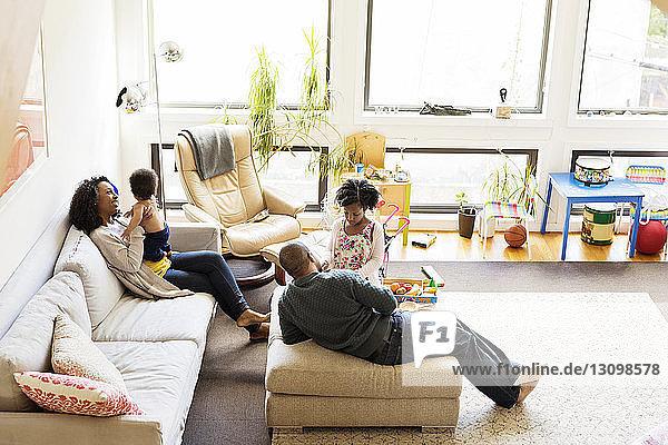 Hochwinkelansicht einer Familie  die sich auf dem Sofa entspannt