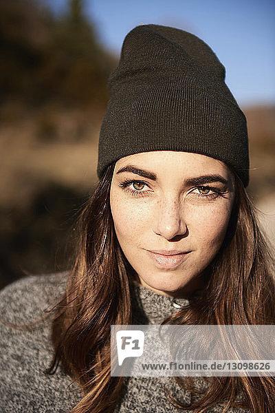 Nahaufnahme-Porträt einer Frau im Winter