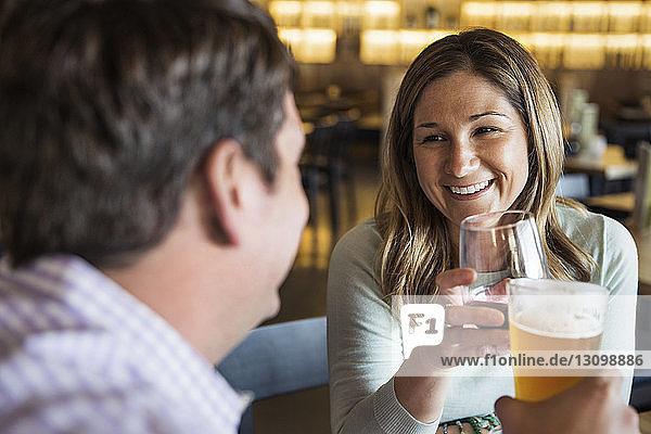 Glückliches Paar bei einem Drink im Restaurant