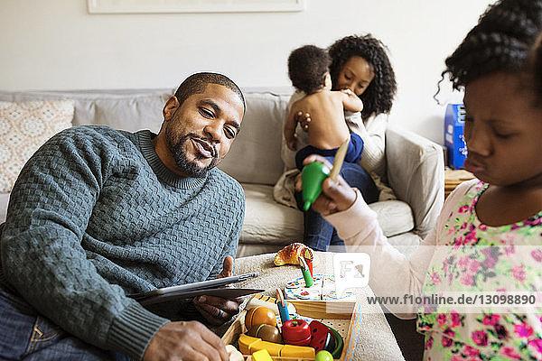 Glückliche Eltern spielen mit Kindern zu Hause