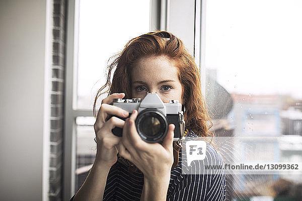 Porträt einer Frau mit Digitalkamera