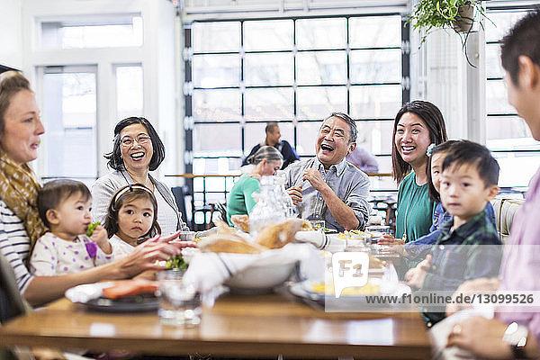 Familie genießt beim Mittagessen im Restaurant