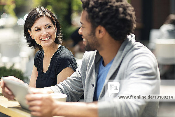 Glückliches Paar unterhält sich im Straßencafé