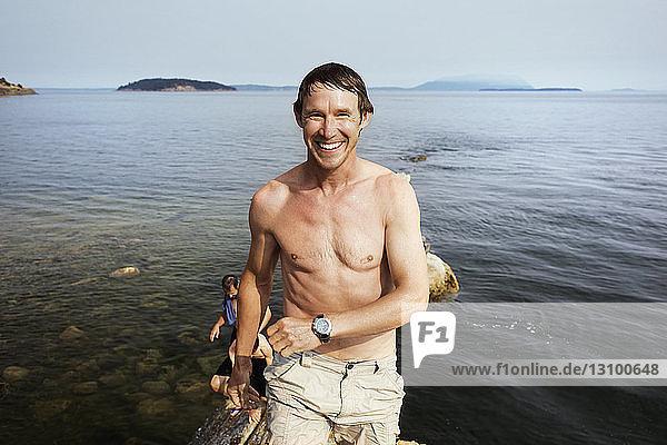 Männliche Freunde genießen auf der Insel Sucia
