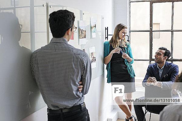 Geschäftsleute bei Besprechung im hell erleuchteten Büro