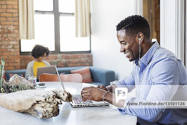 Mann und Frau  die zu Hause einen Laptop-Computer benutzen