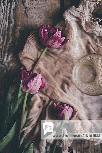 Nahaufnahme von Tulpen und Textilien auf dem Tisch