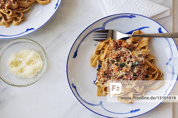 Draufsicht auf Nudeln  die in Teller auf dem Tisch serviert werden