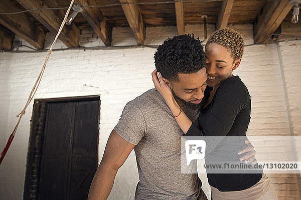 Glückliches Paar umarmt sich im Schlafzimmer