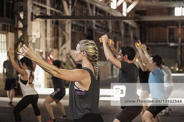 Boxer und Boxerinnen üben im Fitnessstudio