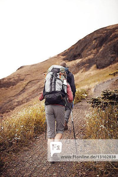 Niedrigwinkelansicht von Wanderern  die auf dem Berg gehen