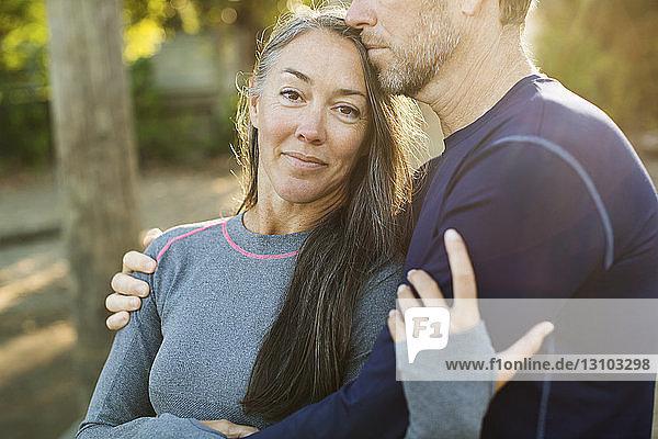 Porträt einer Frau  die von einem Mann umarmt wird