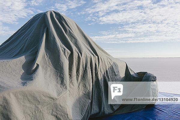 Rennwagen mit grauem Schutztuch überzogen auf Salt Flats