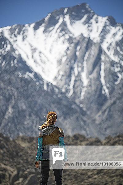 Rückansicht einer Wanderin mit Blick auf die Alabama Hills