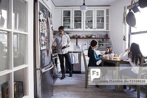 Familie beim Frühstück in der Küche