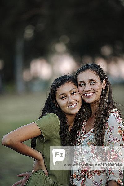 Porträt einer fröhlichen Mutter und Tochter im Park