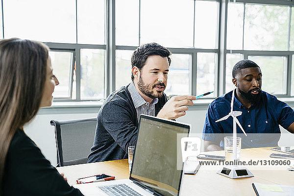 Geschäftsleute  die eine Besprechung im Sitzungssaal planen