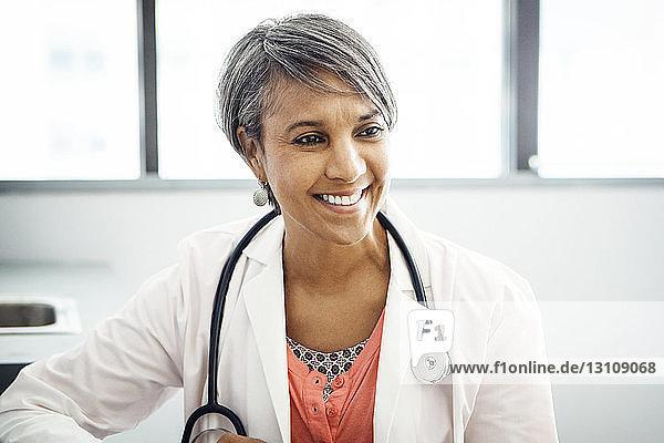 Glückliche Ärztin in der Klinik Glückliche Ärztin in der Klinik