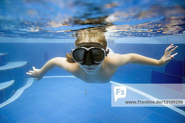 Porträt eines im Pool schwimmenden Mädchens