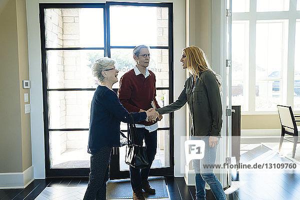 Glückliches älteres Ehepaar besucht Finanzberater im Amt