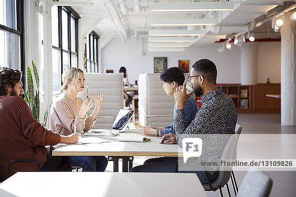 Geschäftsleute planen am Schreibtisch im Büro