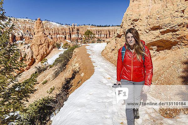 Porträt eines Wanderers  der auf einem schneebedeckten Berg im Bryce Canyon National Park wandert