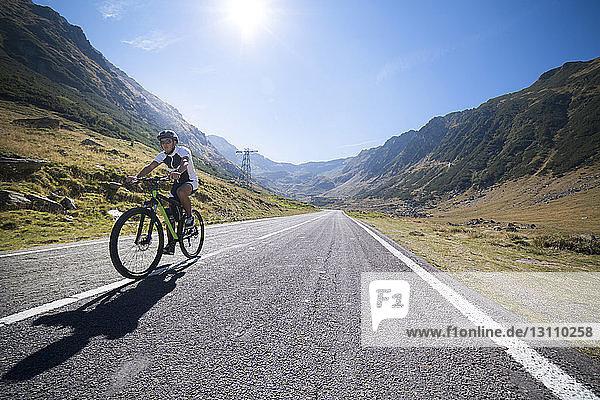 Fahrradfahrer auf Straße gegen Himmel